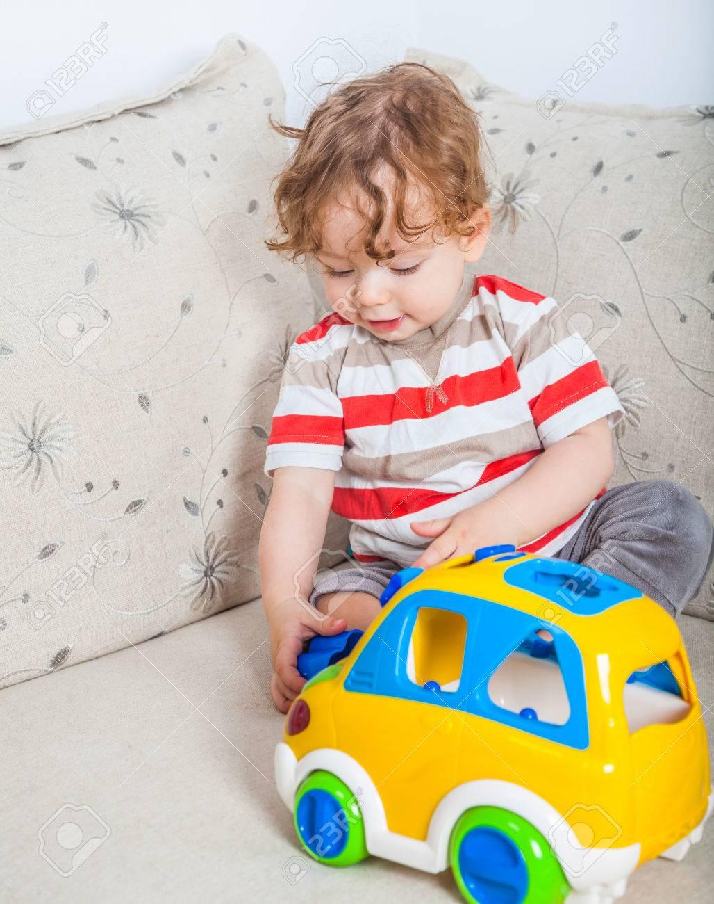 Gé De 11 Mois Jeu Portrait De Bébé Avec Une Voiture De Jouet. intérieur Jeux Voiture Bebe