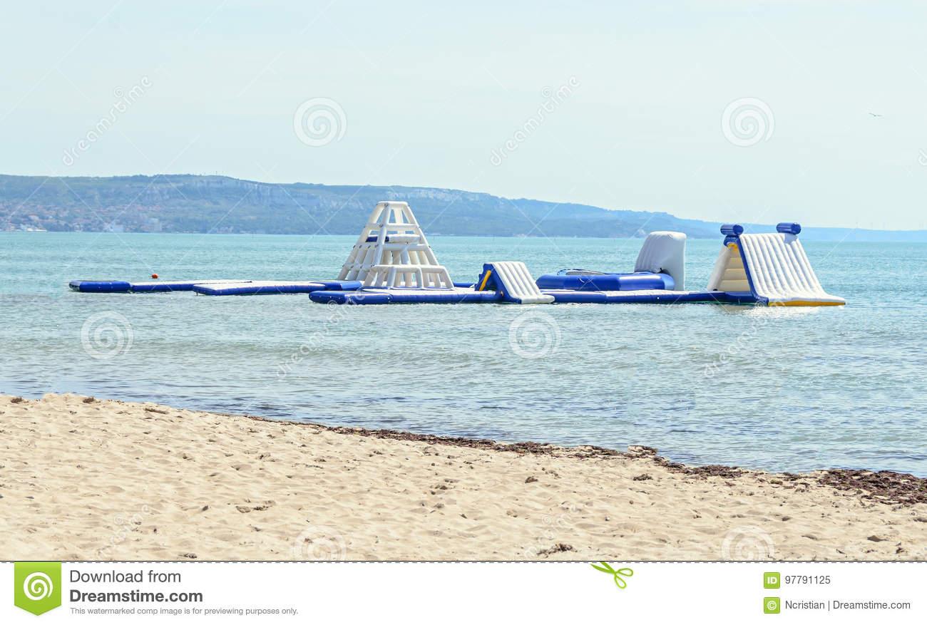 Glissière D'eau Bleue Sur La Plage De Mer, Le Jeu D'enfants pour Jeux De Saut Dans L Eau