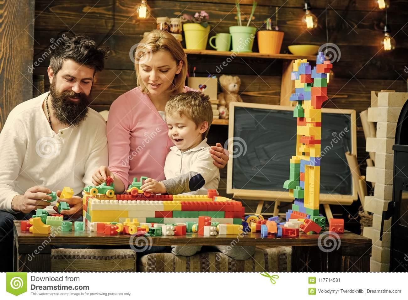 Gosses Jouant Avec Des Jouets Belle Famille Dans La Salle De encequiconcerne Jeux Course Enfant
