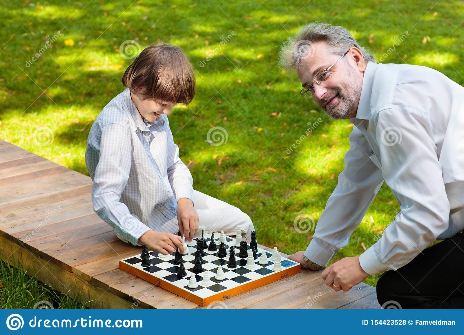 Grand-Père, Père Et Enfants Jouant Aux Échecs Photo Stock intérieur Jeux De Grand Garçon