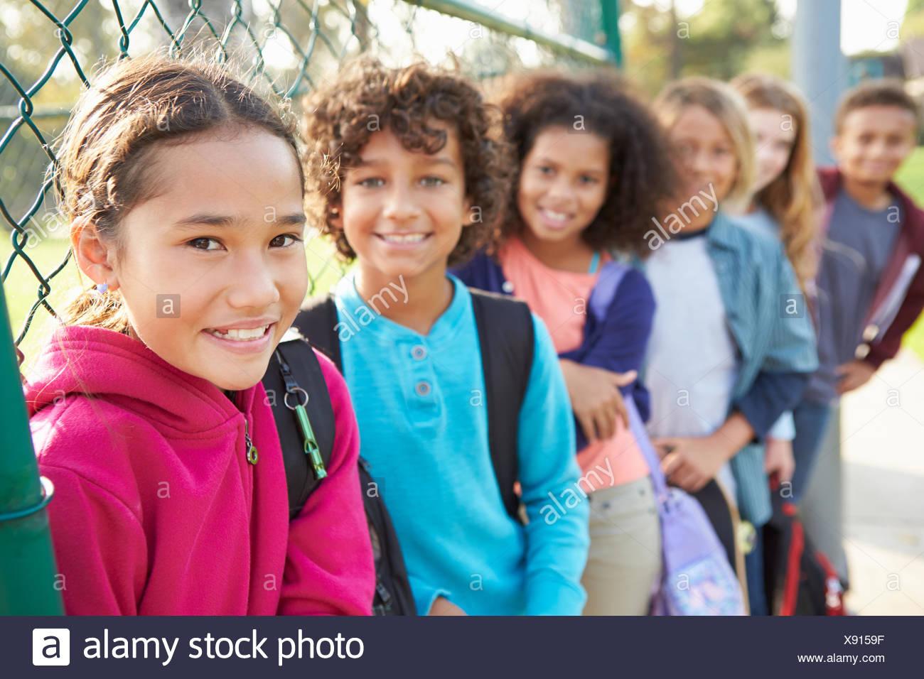 Groupe De Jeunes Enfants Traîner Dans Jeux Pour Enfants avec Jeux Pour Jeunes Enfants