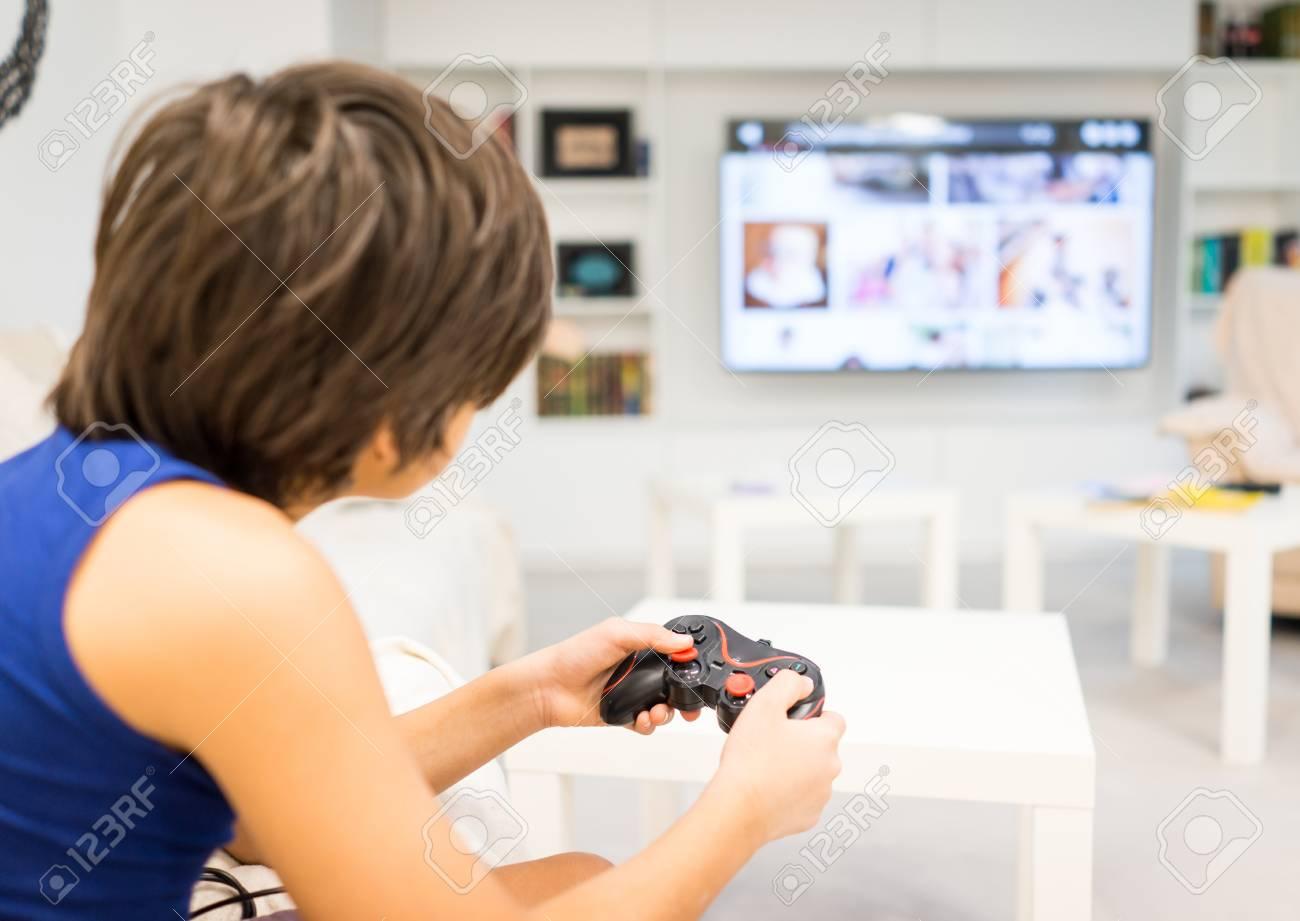 Heureux Garçon Jouant À Des Jeux D'ordinateur Sur Grand Écran dedans Jeux De Grand Garçon