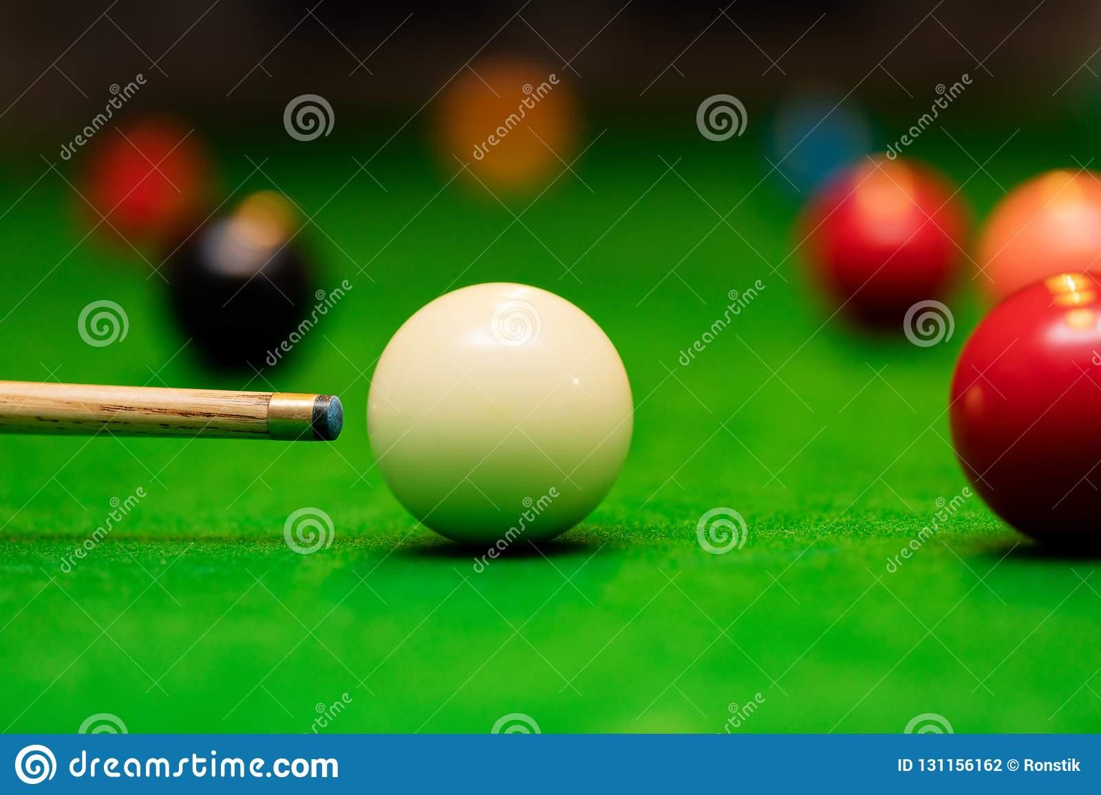 Jeu De Billard - Joueur Visant La Boule De Queue Photo Stock tout Jeux De Biyare