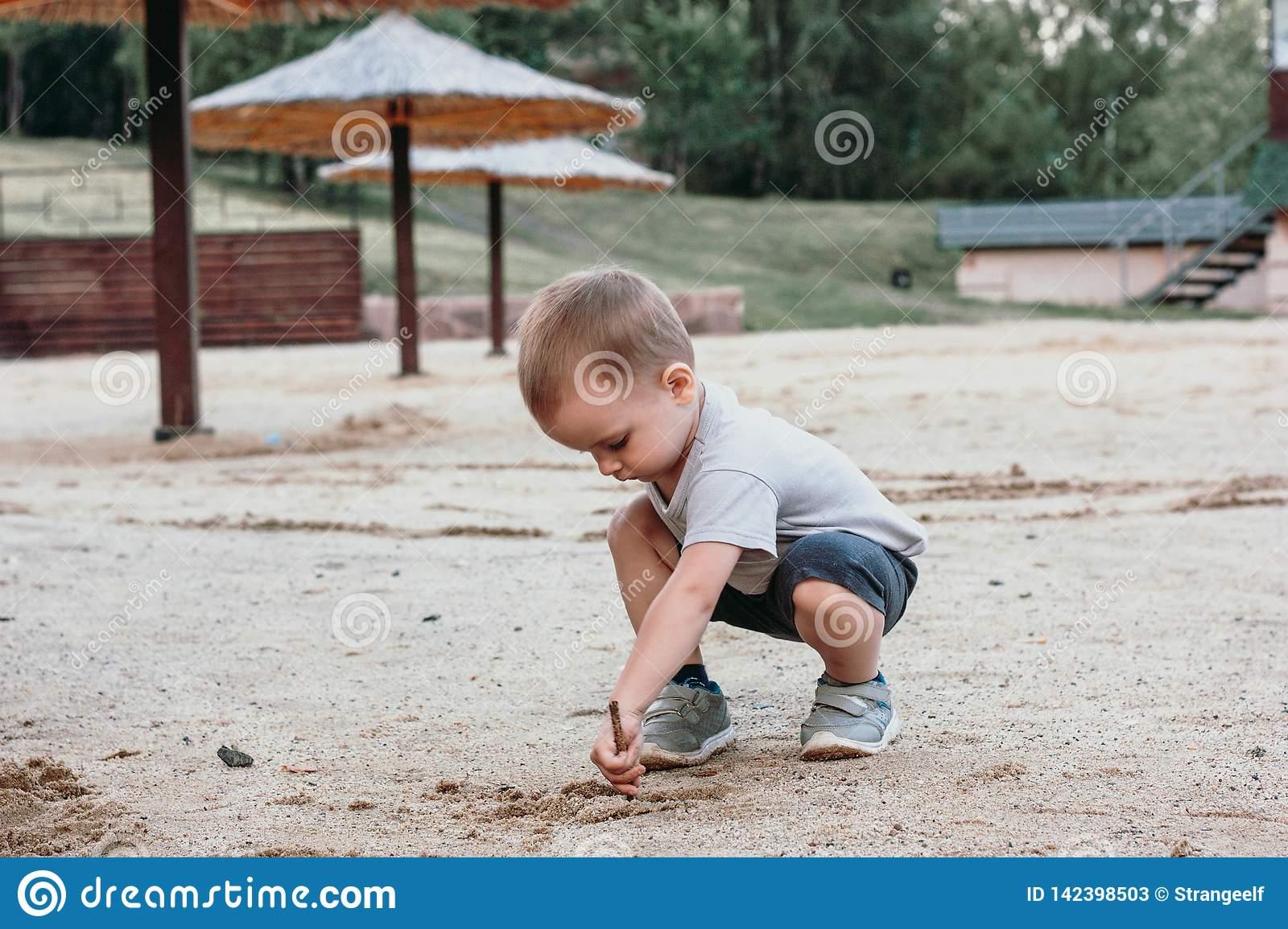 Jeu De Petit Garçon Avec Le Sable Sur La Plage D'été Image dedans Jeux Des Petit Garçon