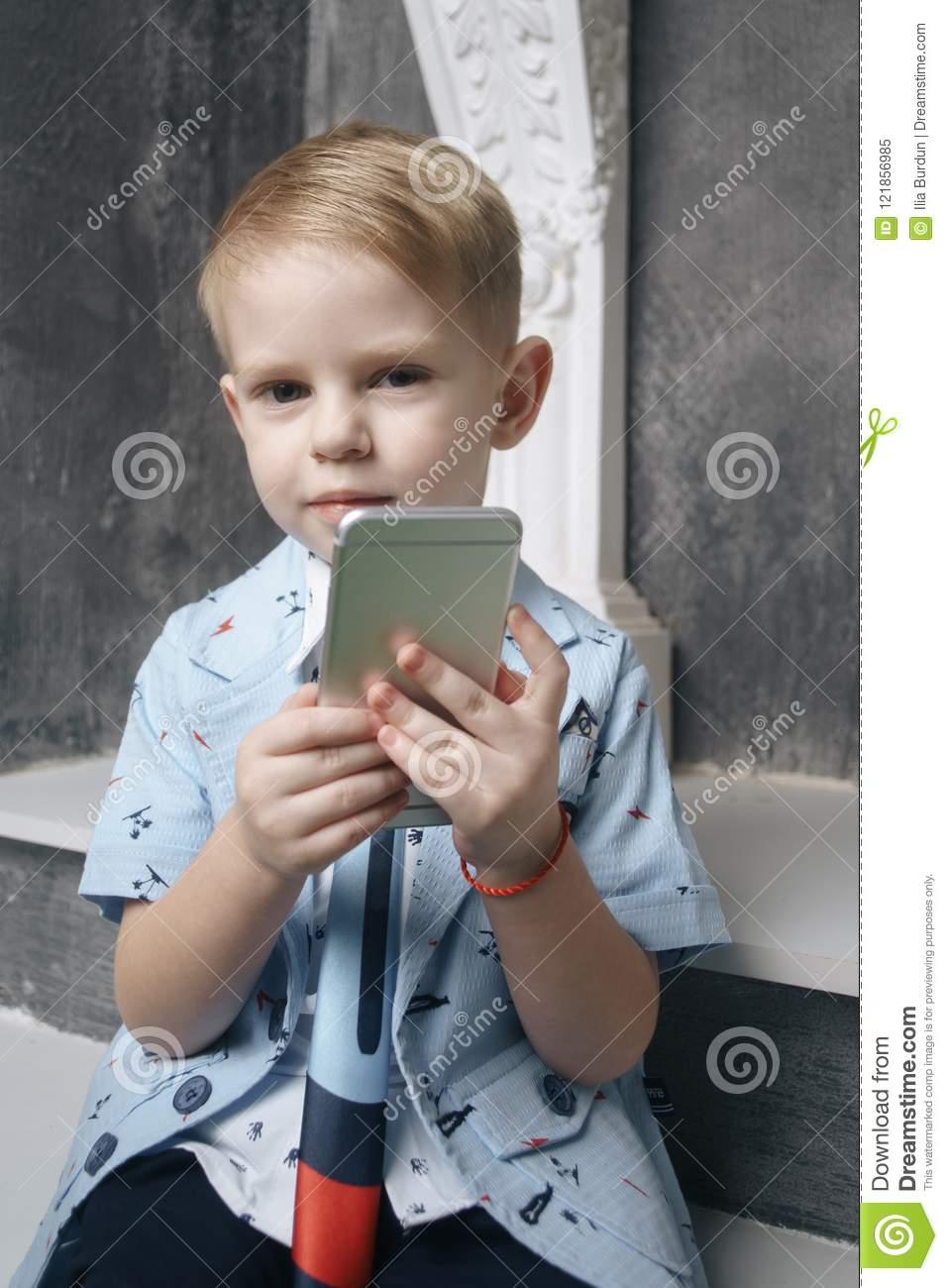 Jeu De Petit Garçon Avec Le Smartphone Image Stock - Image pour Jeux Des Petit Garçon