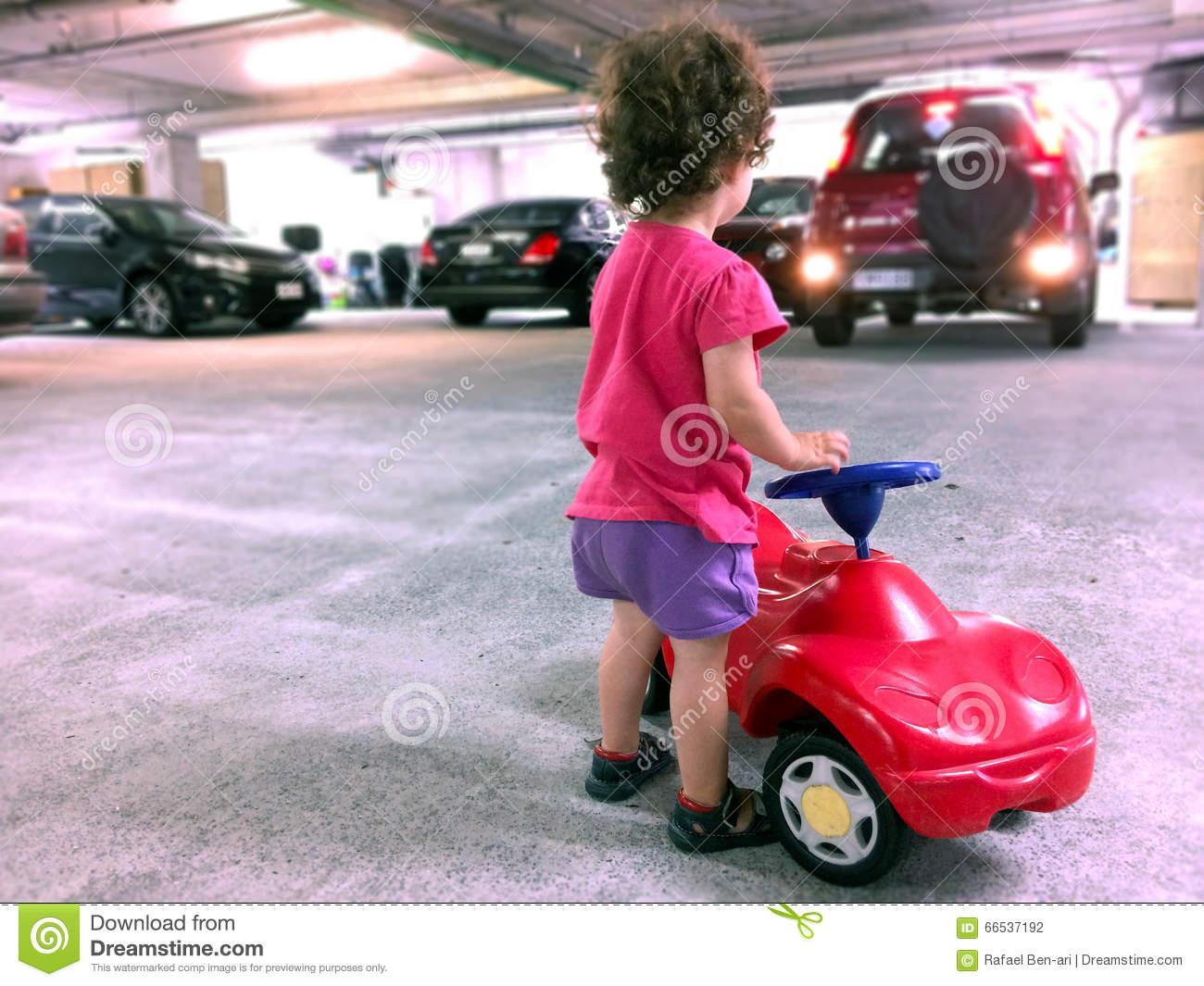 Jeu De Petite Fille Avec Une Voiture De Jouet Dans Le à Jeux De Petite Voiture