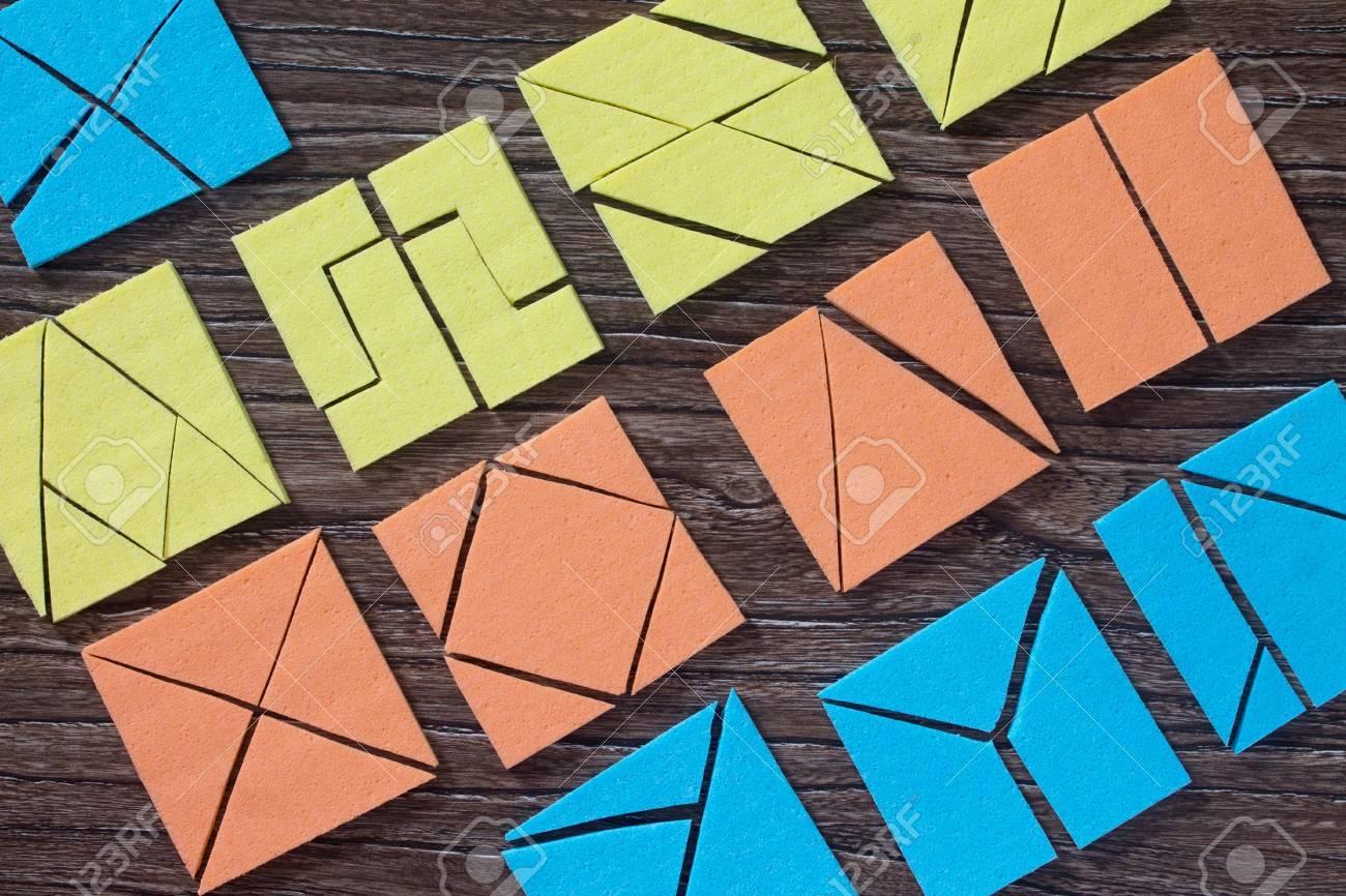 Jeu De Puzzle Carré Tangram Sur Une Table En Bois. Vue De Dessus, Copie  Espace. Le Concept Du Développement Des Jeunes Enfants. pour Tangram Enfant