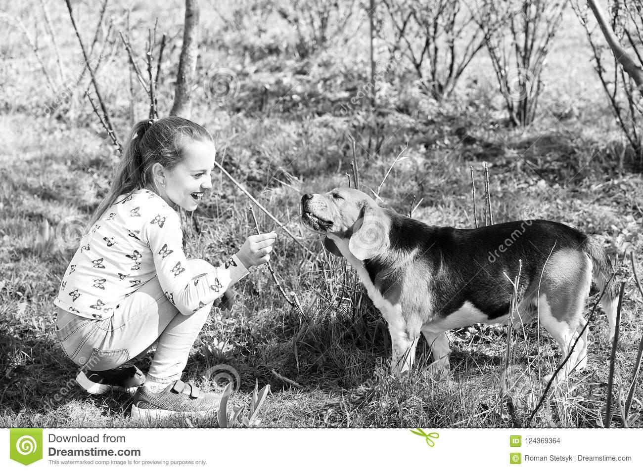 Jeu D'enfant Heureux Avec L'ami D'animal Familier Le Jour pour Jeux D Animaux Pour Fille