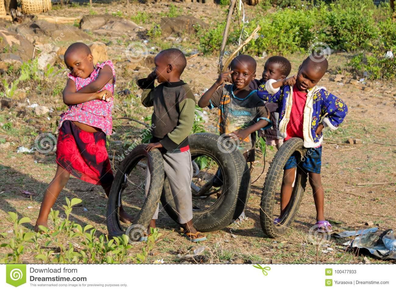 Jeu D'enfants Pauvre Africain Sur La Rue Photo Stock intérieur Jeux Africains Pour Enfants