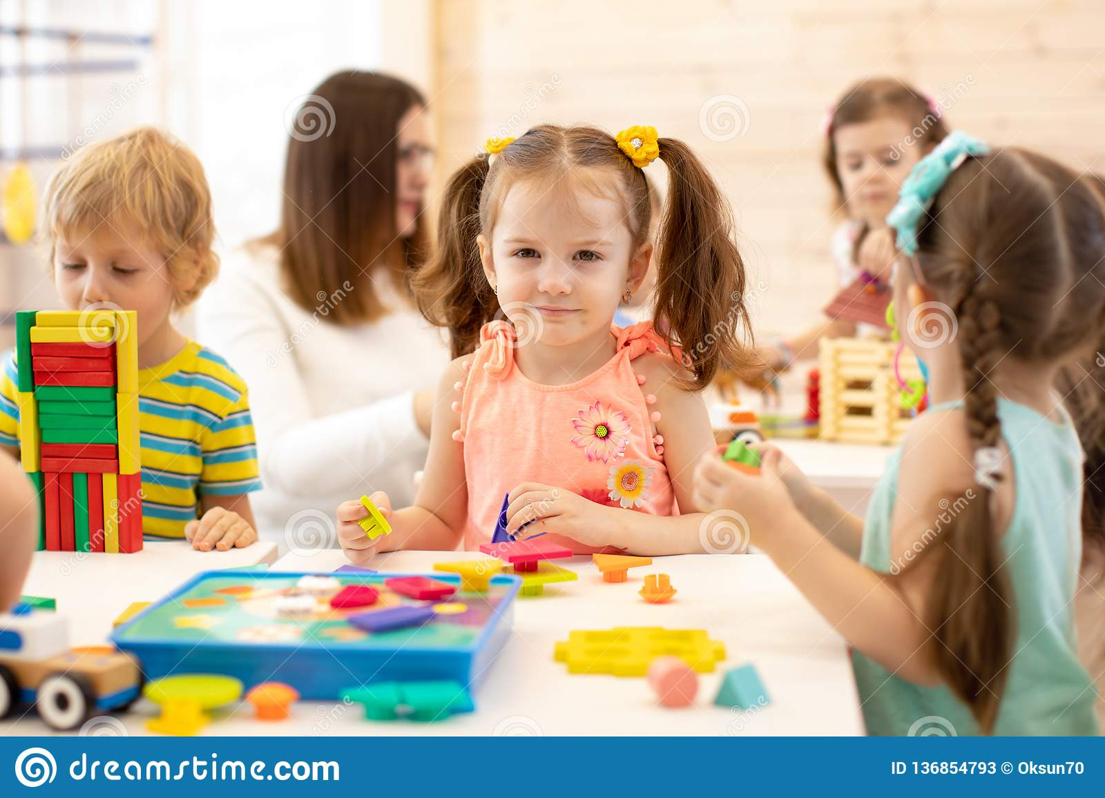 Jeu D'enfants Préscolaire Avec Les Jouets Didactiques avec Jeux Didactiques Maternelle