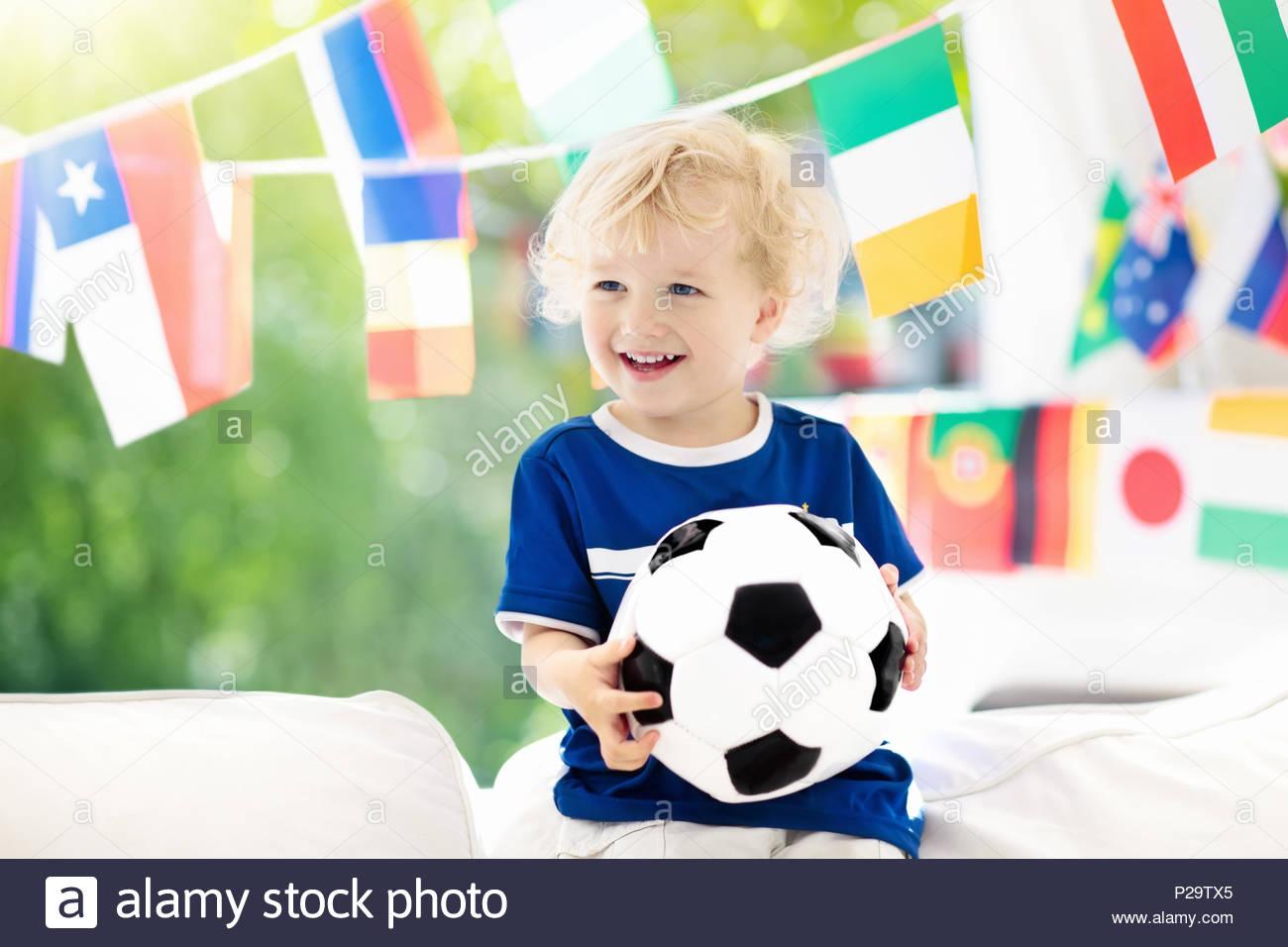 Jeu Enfant Regarder Le Football À La Télévision. Petit tout Jeux Des Petit Garçon