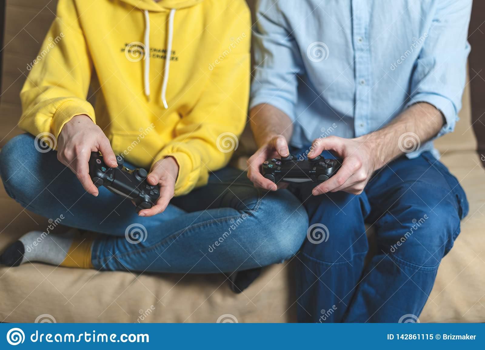 Jeu Pour Deux Personnes Aux Jeux Vidéo À La Maison Image avec Jeux A Deux En Ligne