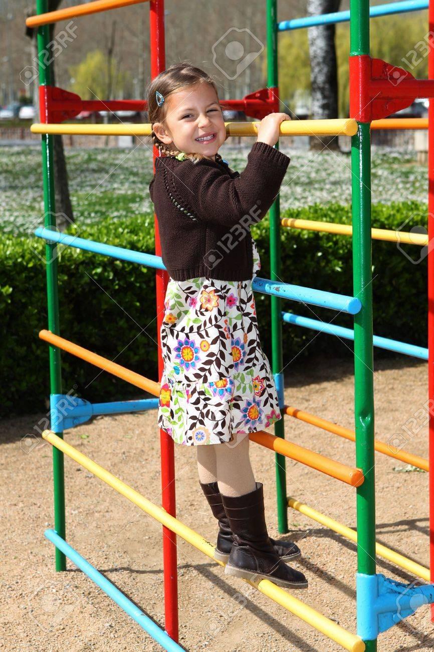 Jeune Fille Aime Grimper Jusqu'à Un Cadre Dans Une Aire De Jeux Pour Enfants à Jeux Pour Jeunes Enfants