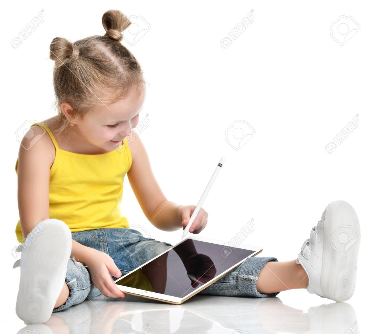 Jeune Fille Enfant Assis Lecture Apprentissage Dessin Sur Tablette  Numérique Écran Tactile Avec Un Crayon En Chemise Jaune Isolé Sur Fond Blanc pour Tablette Enfant Fille