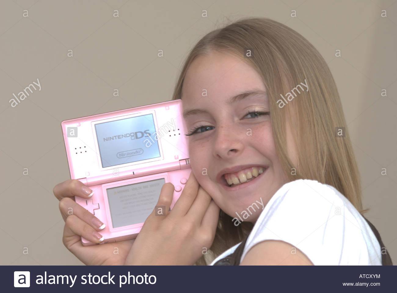 Jeune Fille Tenant Une Console De Jeux Nintendo Ds Lite Uk concernant Recherche De Jeux De Fille