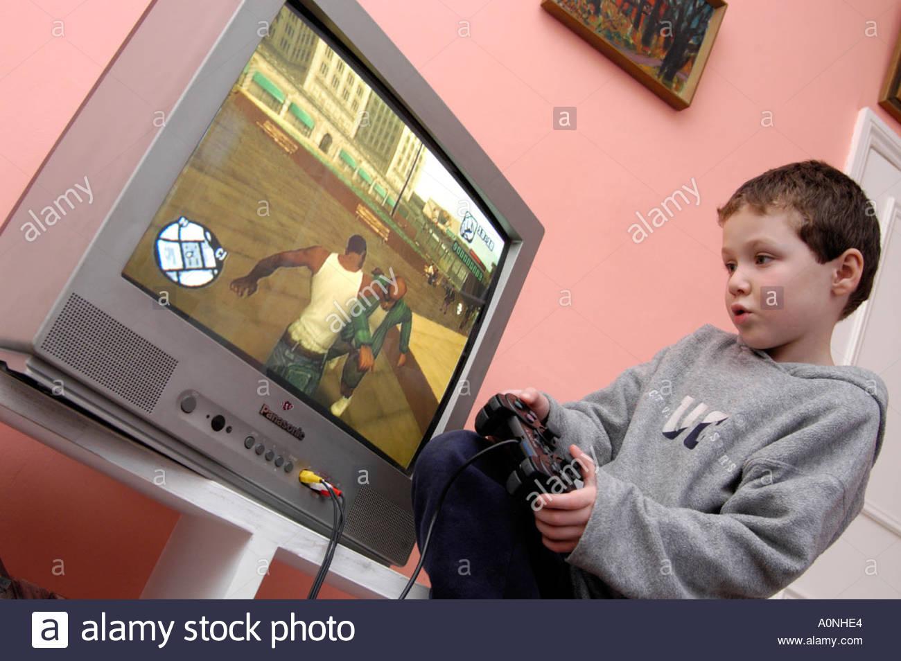 Jeune Garçon Jouant Certificat 18 Violents Rated Ordinateur concernant Jeux De Grand Garçon