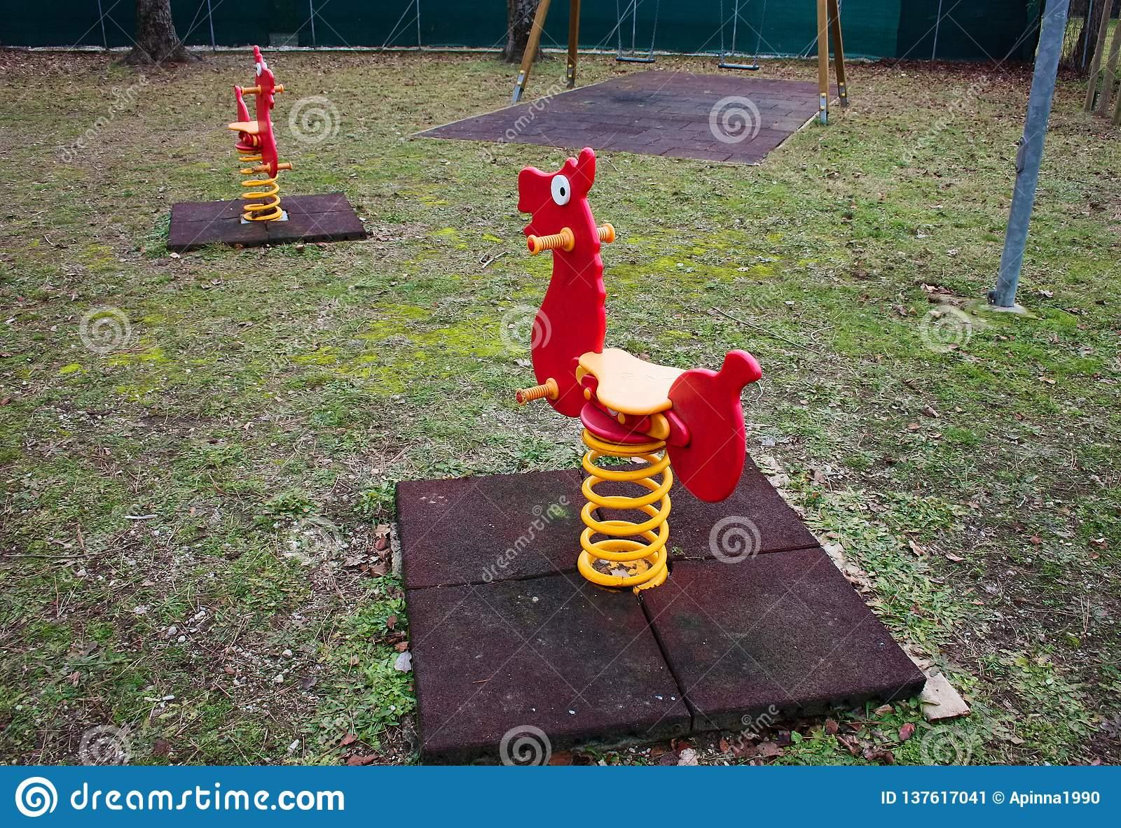 Jeux De Basculage Pour De Petits Enfants Oscillations Rouges encequiconcerne Jeux Pour Petit Enfant