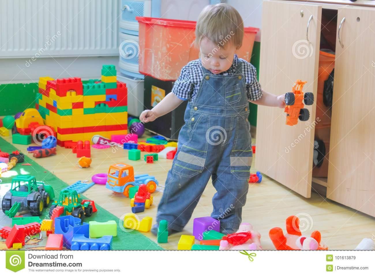 Jeux De Petit Garçon Avec Des Voitures De Jouet Enfant Parmi destiné Jeux Des Petit Garçon