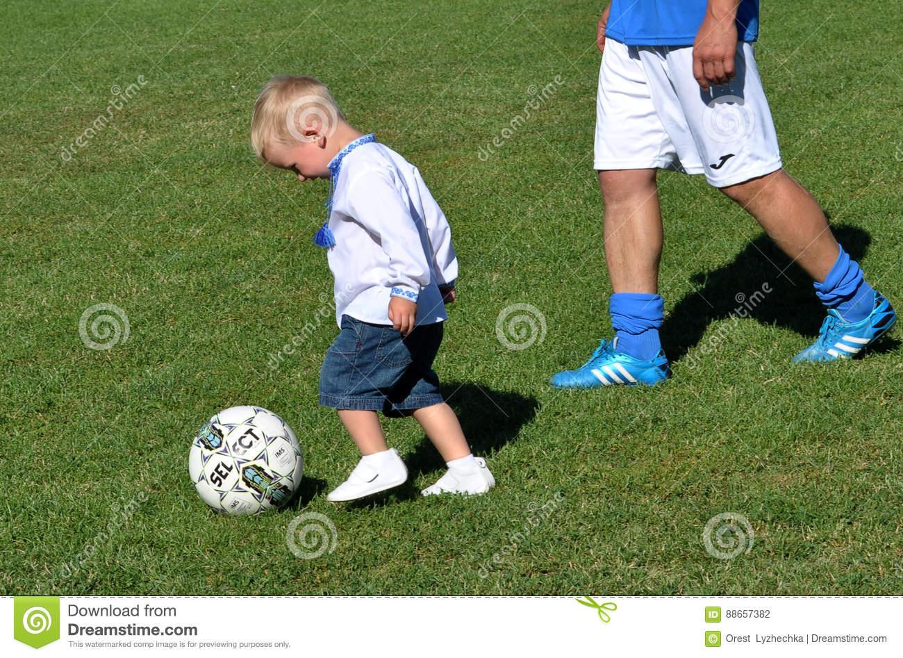 Jeux De Petit Garçon Avec Du Ballon De Football Photographie intérieur Jeux Des Petit Garçon