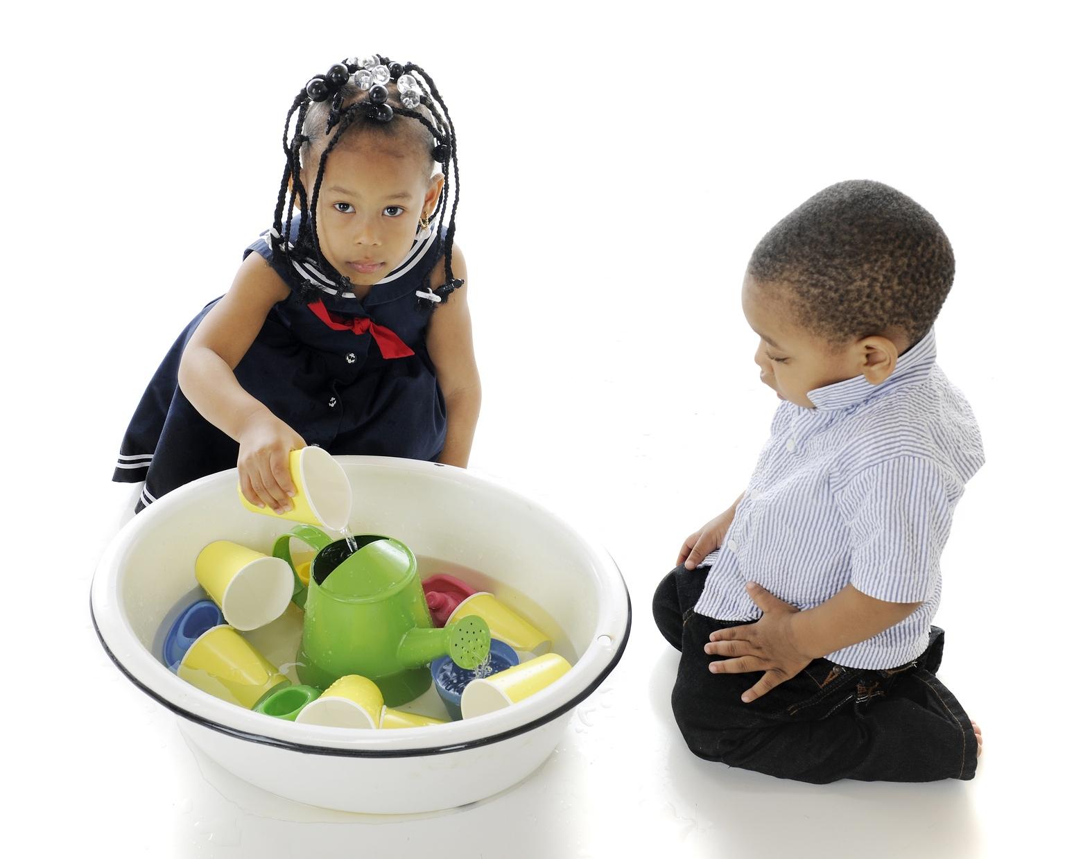Jeux De Transvasement : Le Grand Plaisir Des Tout-Petits dedans Jeux Pour Petit Enfant