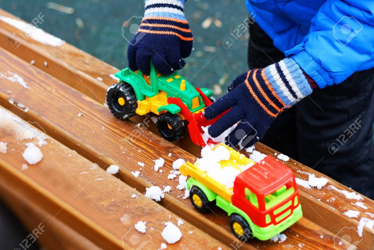 Jeux Pour Enfants Pendant La Saison Froide. Une Partie De L'image D'un  Petit Enfant Debout À Côté D'un Banc De Bois Recouvert De Neige. L'enfant à Jeux Pour Petit Enfant