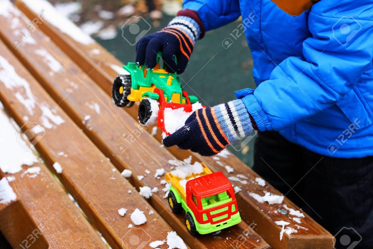 Jeux Pour Enfants Pendant La Saison Froide. Une Partie De L'image D'un  Petit Enfant Debout À Côté D'un Banc De Bois Recouvert De Neige. L'enfant concernant Jeux Pour Petit Enfant