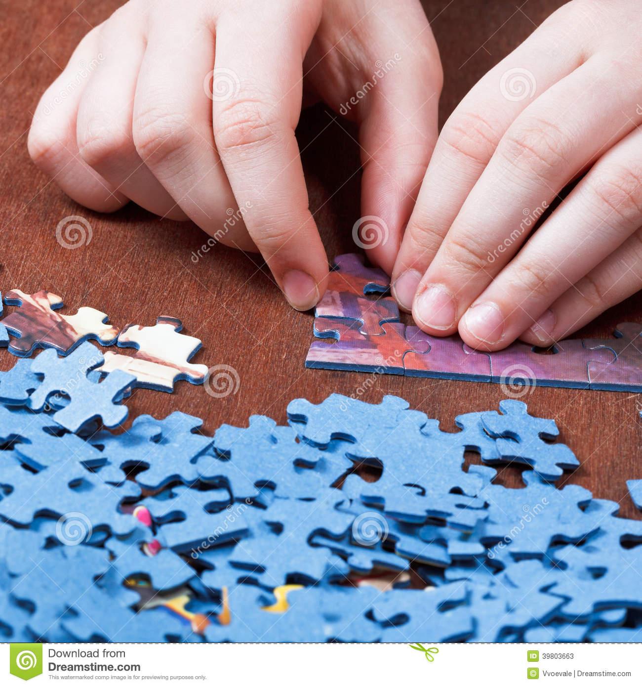 Jouer Avec Des Puzzles Denteux Image Stock - Image Du encequiconcerne Jouer Aux Puzzles Gratuitement