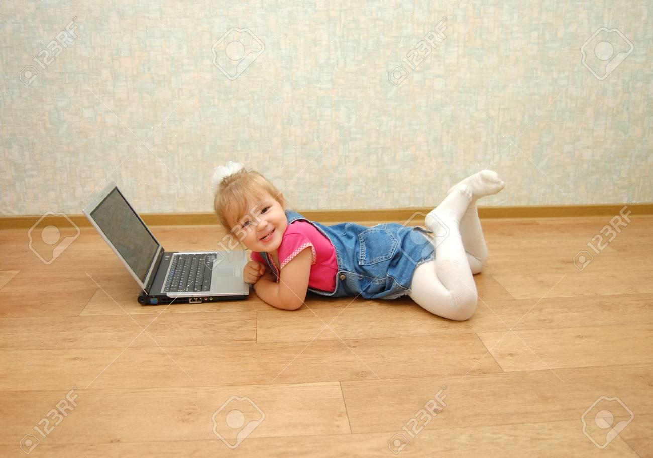 La Belle Fille De 3 Ans Située Près De L'ordinateur Portable intérieur Ordinateur 3 Ans