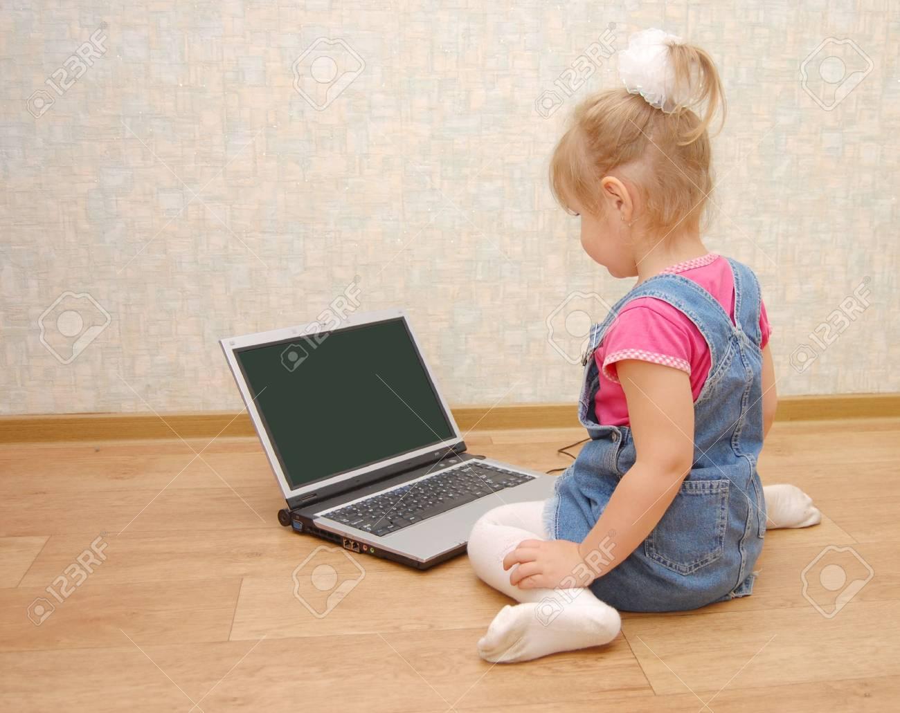 La Belle Fille De 3 Ans Située Près De L'ordinateur Portable tout Ordinateur 3 Ans