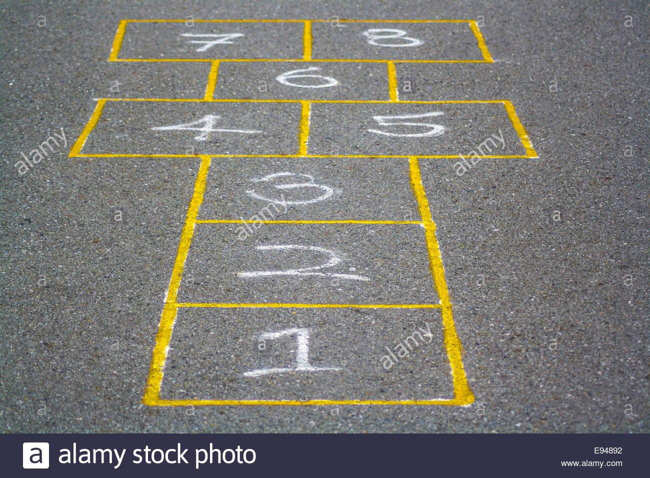 La Marelle Peinte Sur La Chaussée En Jaune Jeu Avec Des destiné Jeux Avec Des Nombres