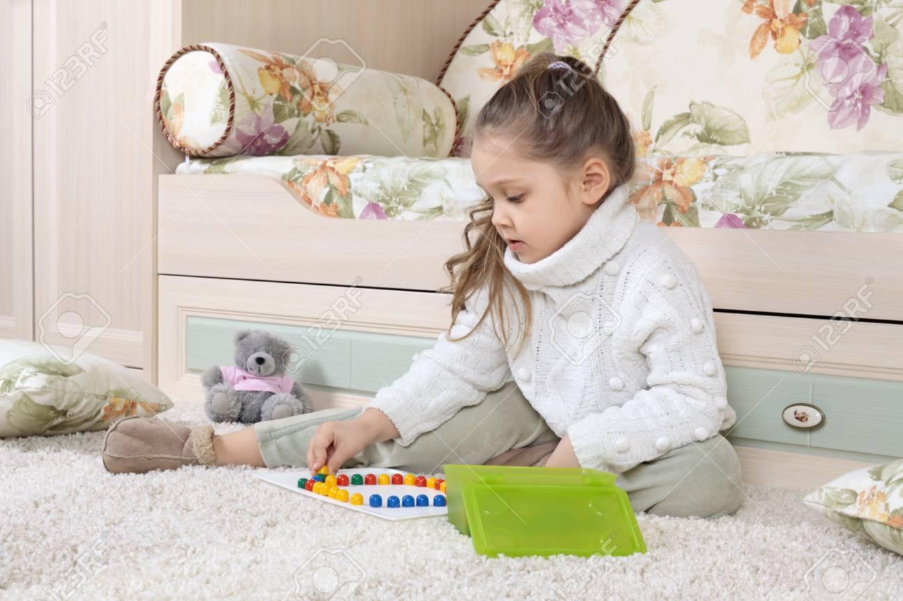 La Petite Fille Joue Sur Un Plancher Dans Le Développement De Jeux Pour  Enfants encequiconcerne Jeux Pour Petite Fille