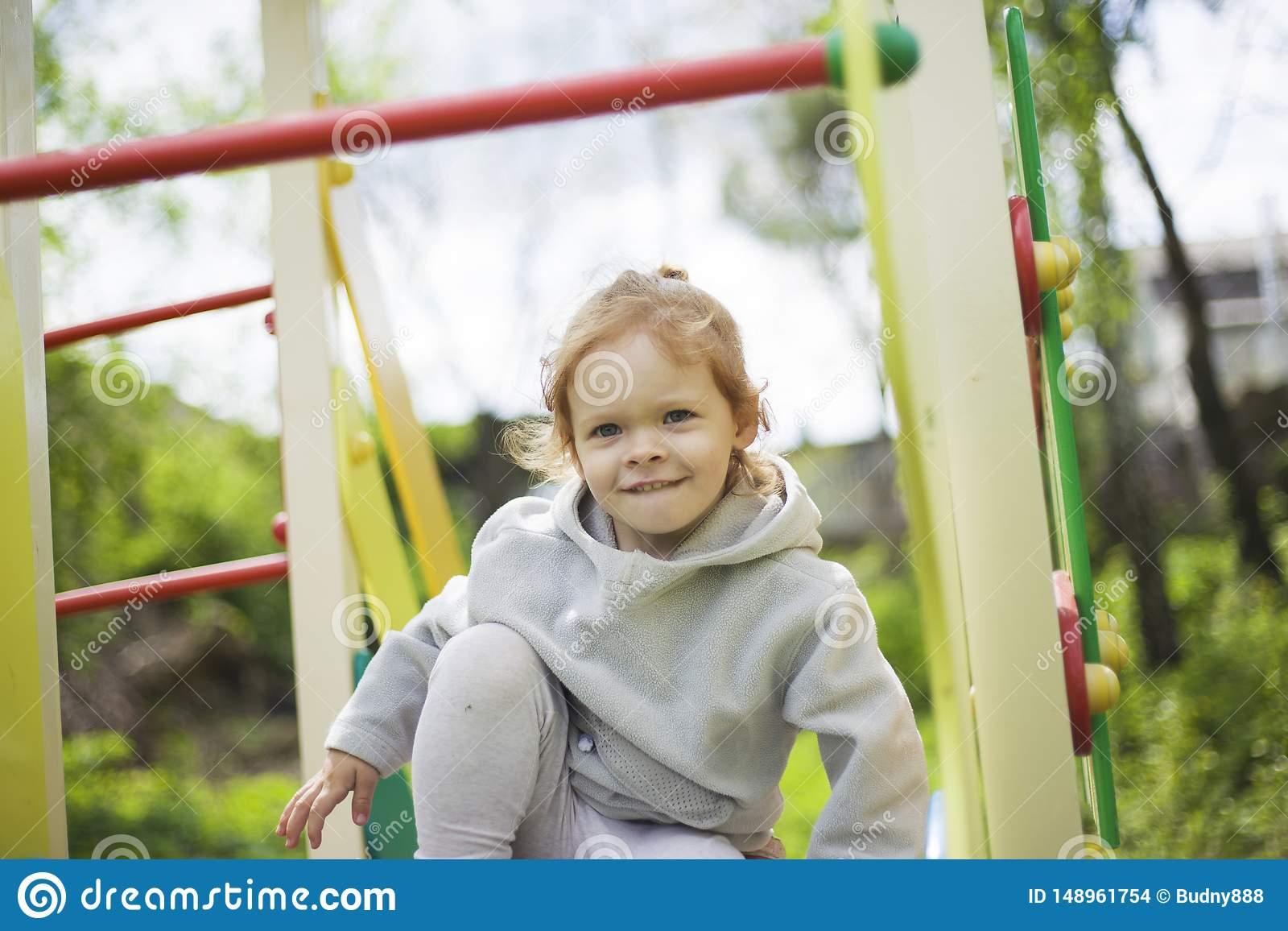 La Petite Fille S'est ?lev?e Sur Des Enfants Glissent Sur Un destiné Jeux Pour Petite Fille