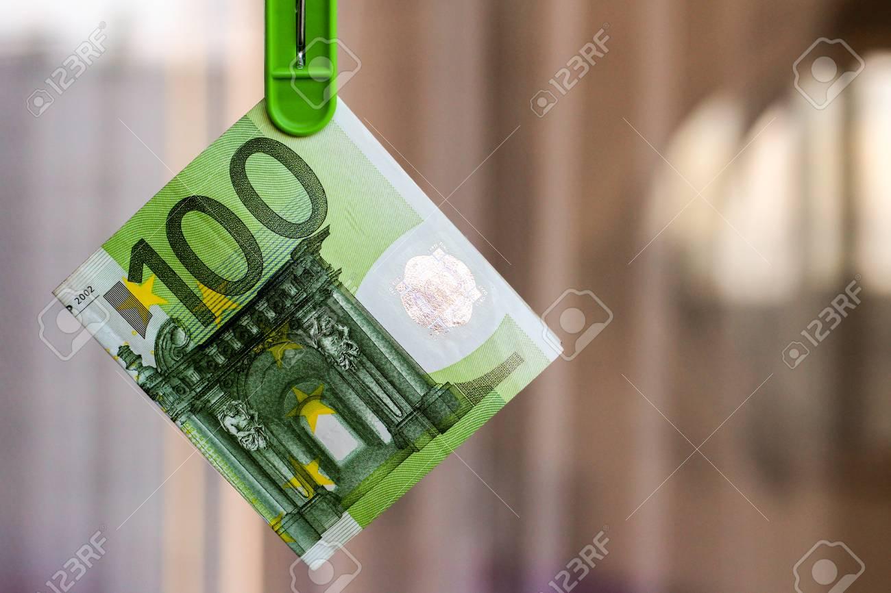 Le Billet Vert 100 Euros Dans Un Vêtement Vert destiné Billet De 100 Euros À Imprimer