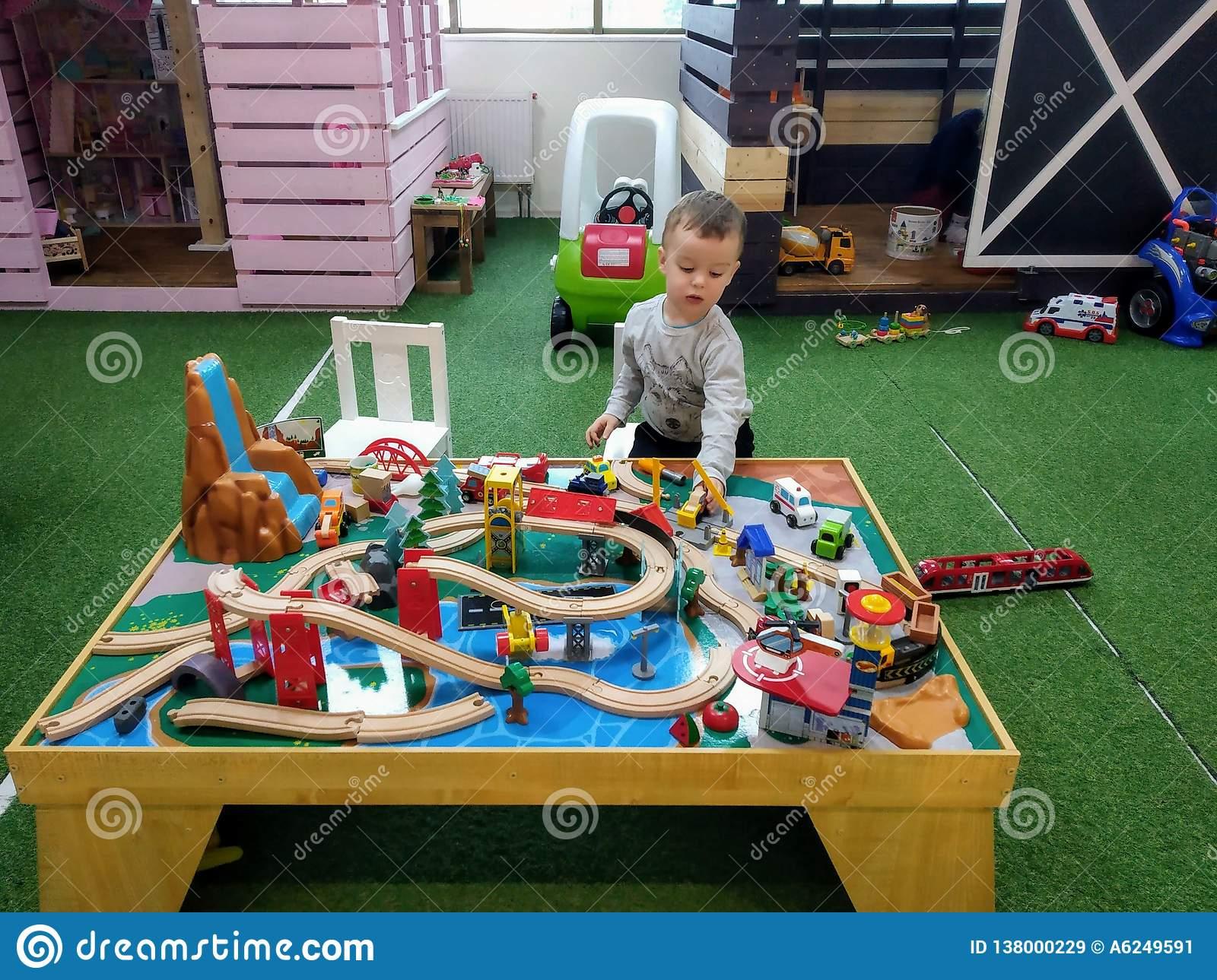 Le Garçon À L'âge De 3 Ans De Jeux Avec Le Chemin De Fer Des concernant Jeux Enfant De 3 Ans