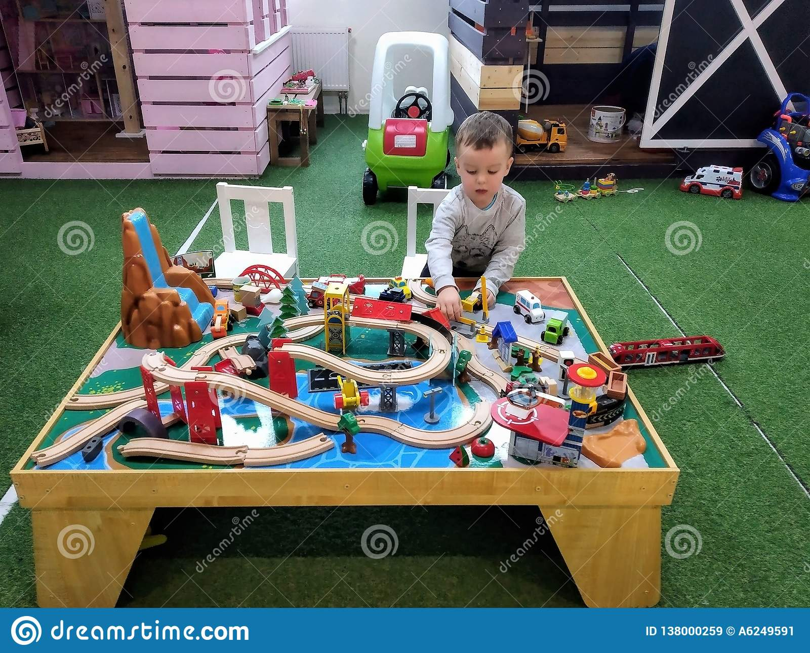 Le Garçon À L'âge De 3 Ans De Jeux Avec Le Chemin De Fer Des intérieur Jeux Enfant De 3 Ans