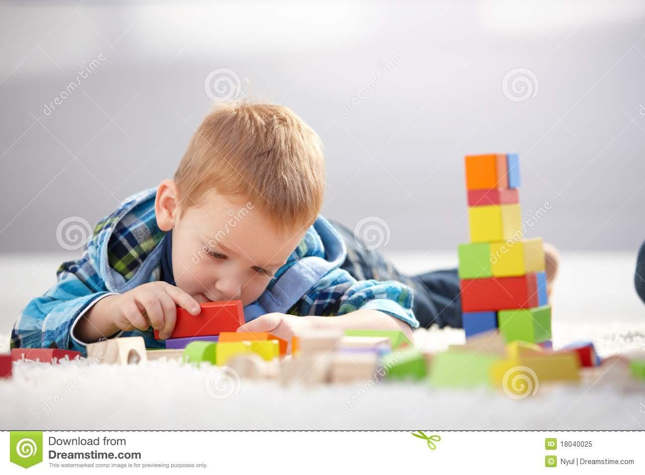 Le Garçon De 3 Ans A Détruit Dans Le Jeu Image Stock - Image tout Jeux De Garçon 3 Ans