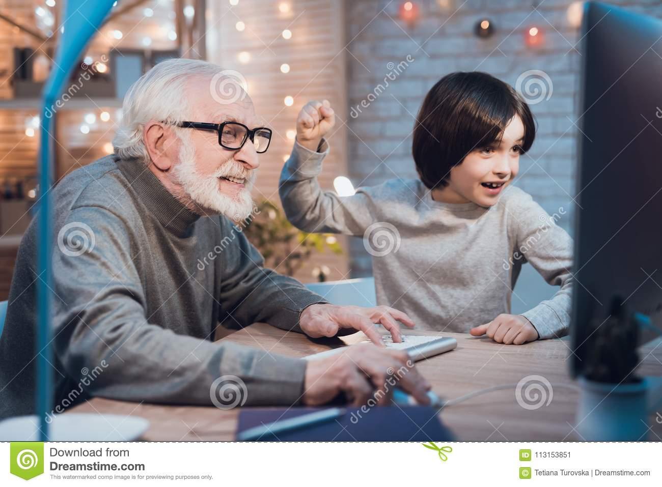 Le Grand-Père Et Le Petit-Fils Jouent Des Jeux Sur L tout Jeux De Grand Garçon