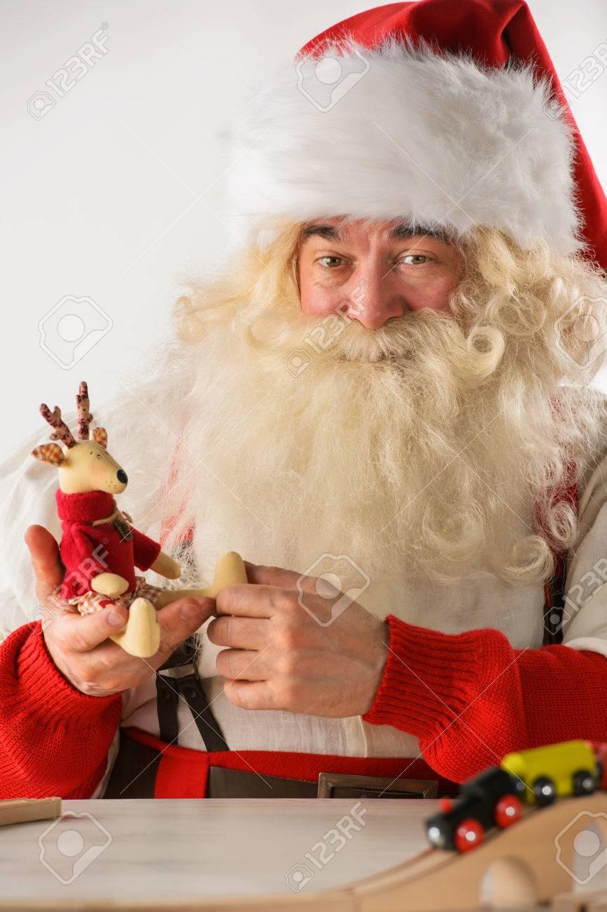 Le Père Noël Dans Son Atelier De Fabrication De Nouveaux Jouets Pour Les  Cadeaux De Noël Pour Les Enfants À Travers Le Monde encequiconcerne Fabrication De Pere Noel
