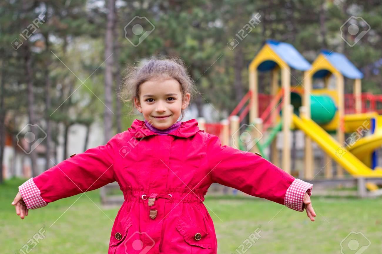 Le Portrait De Petite Fille Sur Terrain De Jeux Au Printemps. Enfant Dans  Des Vêtements Rouges Dans Un Parc Pour Enfants concernant Jeux Pour Petite Fille