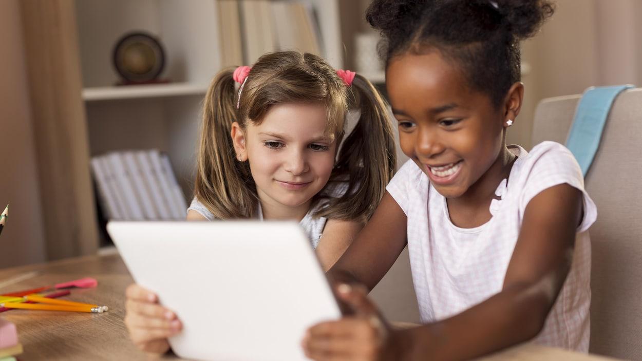 Les Enfants D'âge Préscolaire Passent Trop De Temps Devant intérieur Tablette Enfant Fille