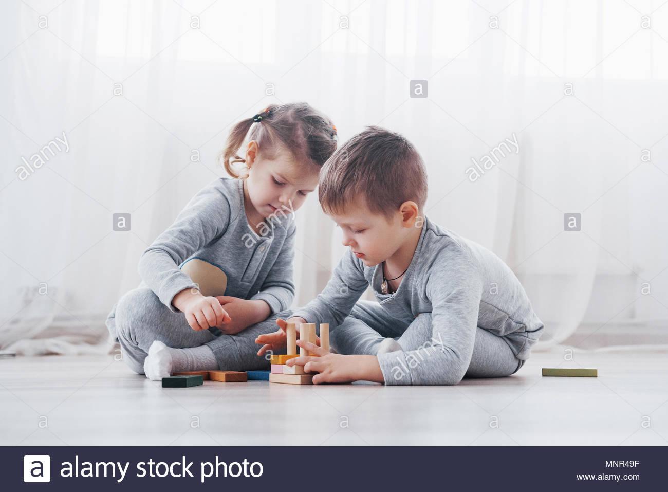 Les Enfants Jouent Avec Un Créateur De Jouets Sur Le à Jeux Didactiques Maternelle