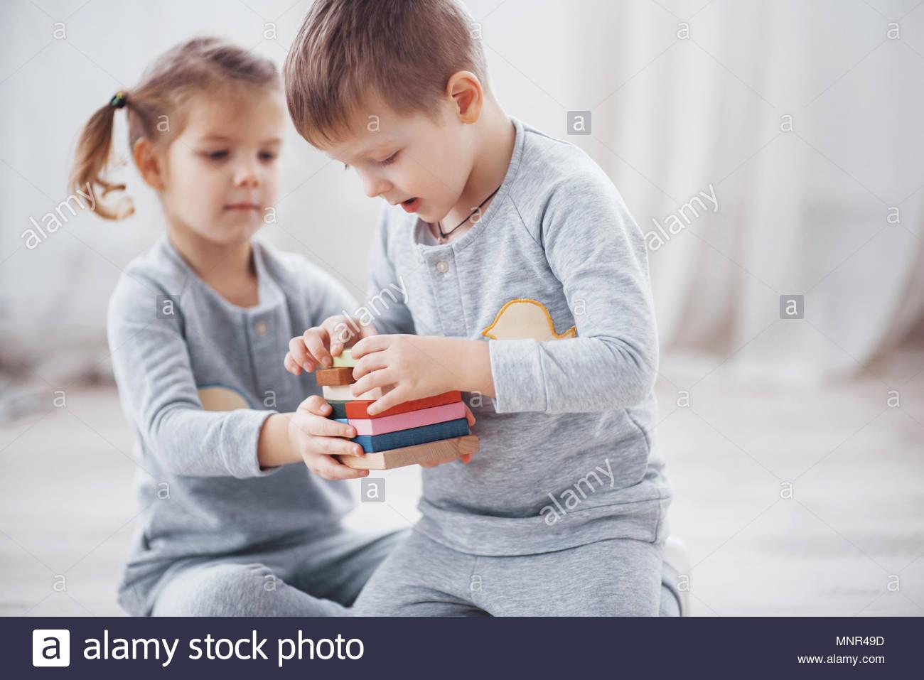 Les Enfants Jouent Avec Un Créateur De Jouets Sur Le avec Jeux Didactiques Maternelle