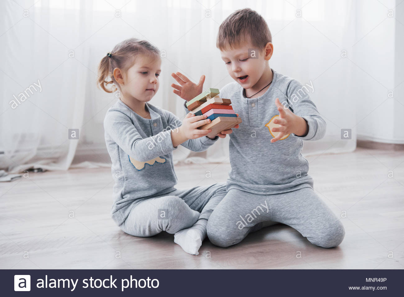 Les Enfants Jouent Avec Un Créateur De Jouets Sur Le dedans Jeux Didactiques Maternelle
