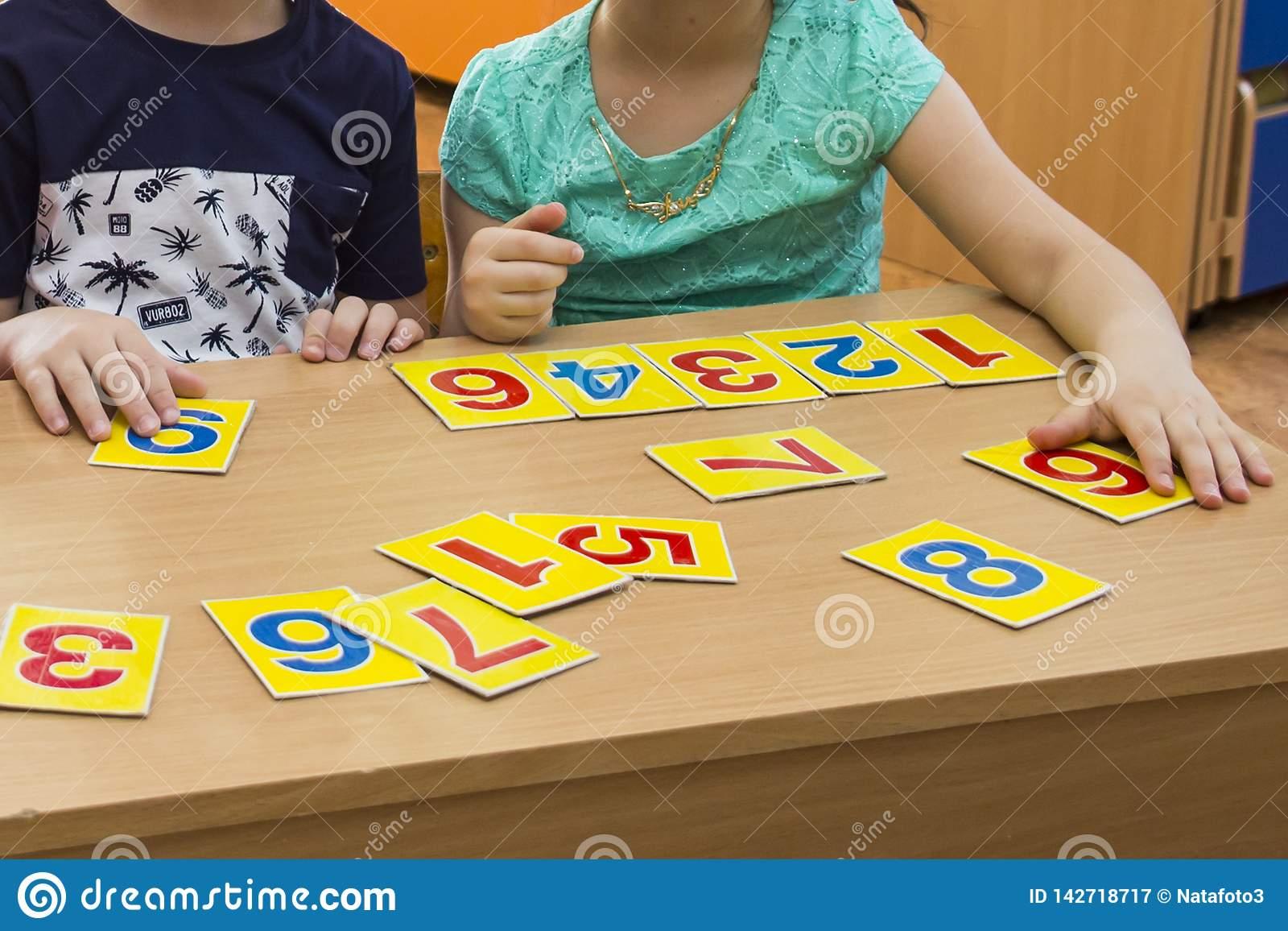 Les Enfants Jouent Jeux Éducatifs Un Enfant Dans Le Jardin D concernant Jeux Enfant Educatif