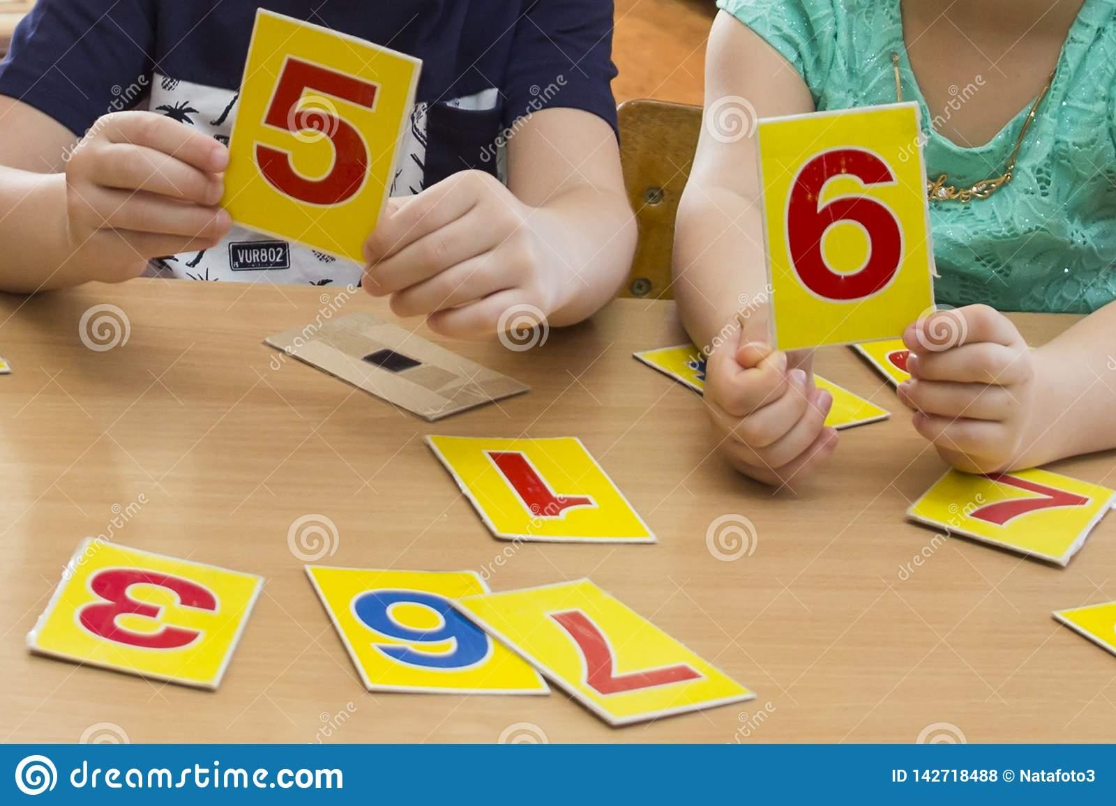 Les Enfants Jouent Jeux Éducatifs Un Enfant Dans Le Jardin D pour Jeux Flash Enfant