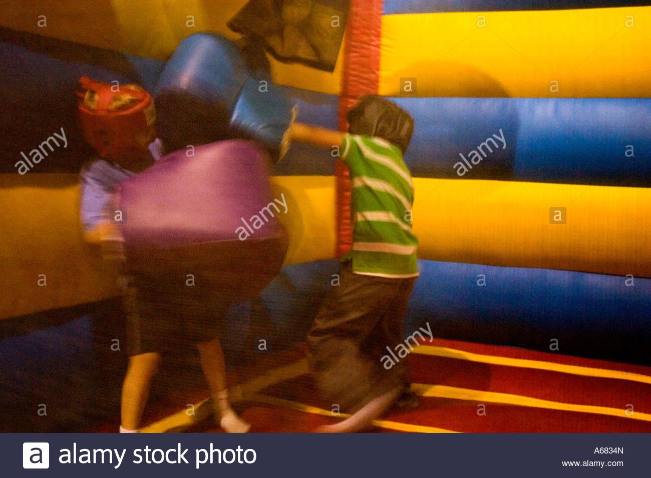 Les Garçons De 7 Ans La Boxe À Pump It Up - La Partie à Jeux Pour Enfant De 7 Ans