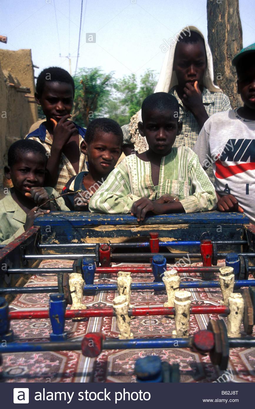 Les Jeunes Enfants Africains À Une Table De Jeu De Football avec Jeux Africains Pour Enfants