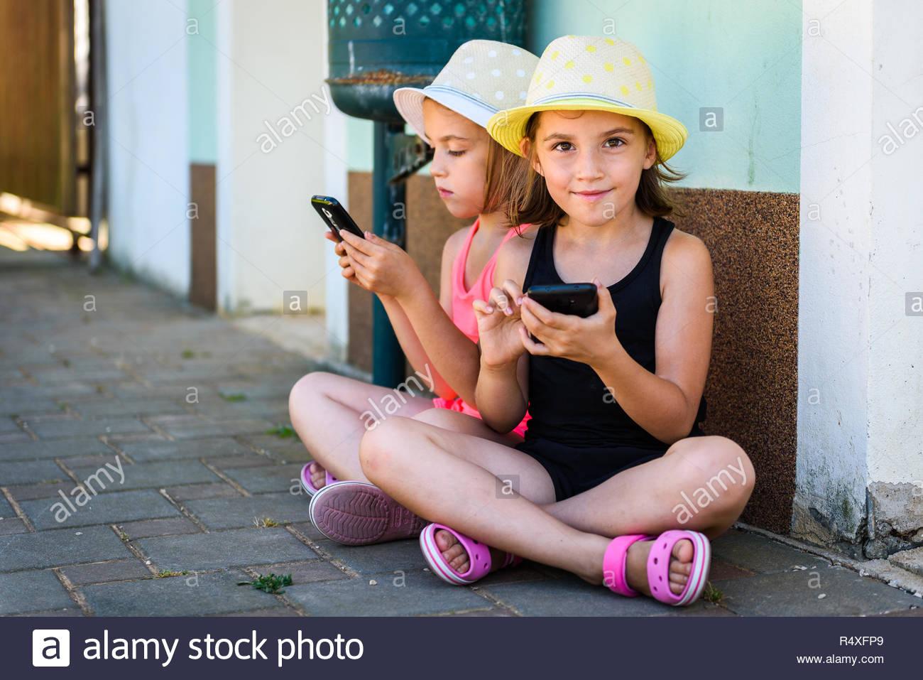 Les Jumeaux Identiques À L'aide De Jeux Pour Smartphone Ou tout Jeux Pour Petite Fille