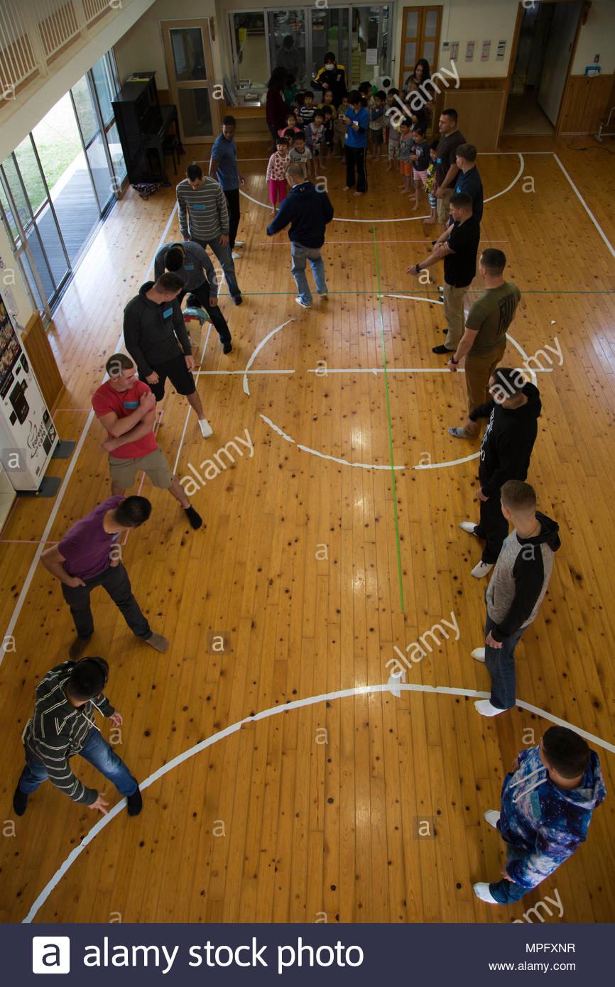 Les Membres De La Ligne Jusqu'à Jouer Un Jeu De Course De intérieur Jeux De Course Pour Enfants