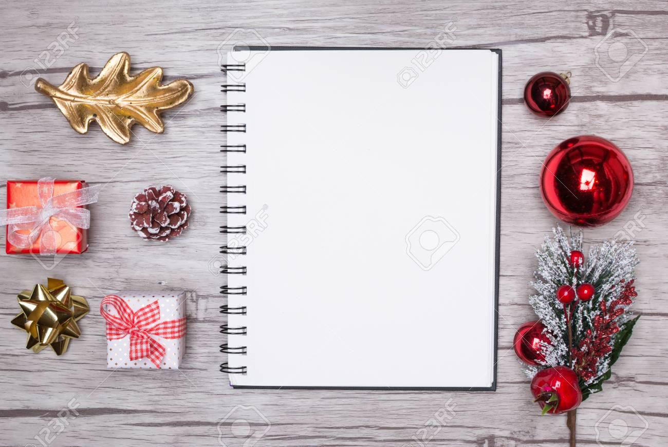 Lettre De Noël Écrit Sur Papier Blanc Sur Fond De Bois Avec Des Décorations. à Papier Lettre De Noel